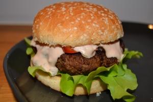 Smakrika hamburgare med hemmagjord dressing